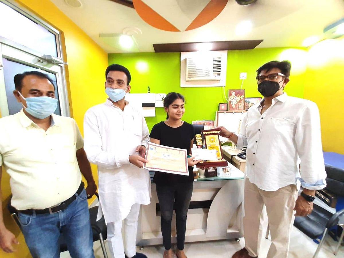 बोर्ड परीक्षाओं में नाम रोशन करने वाली छात्राओं को भाजपा ने किया सम्मानित