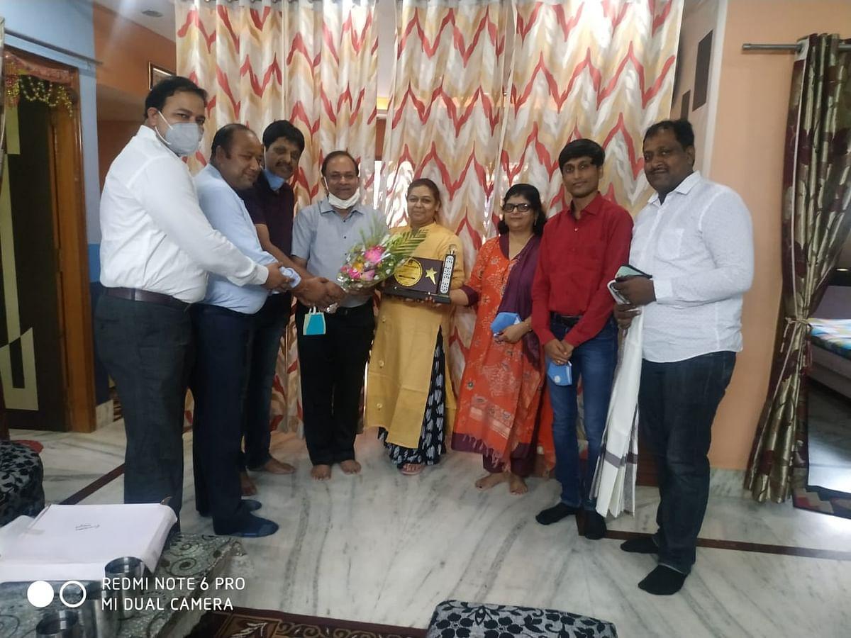 मारवाड़ी युवा मंच झारखंड प्रांत की स्थापना के 19 वर्ष पूरा होने पर  संस्थापक सदस्यों के घर-घर जाकर किया गया सम्मानित।