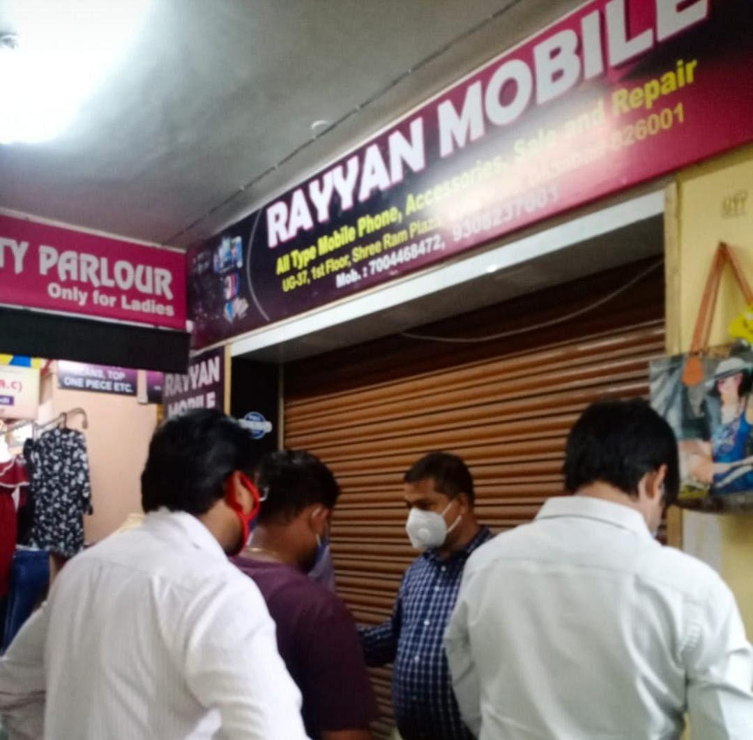लॉकडाउन उल्लंघन करने पर  पुराना बाजार धनबाद के तीन और श्रीराम प्लाज़ा की एक दुकान सील।