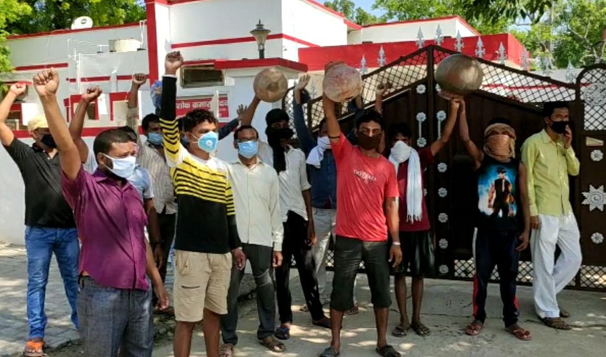 एसडीएम आवास पर जनता ने फोड़े मटके, पुलिस ने भांजी लाठियां