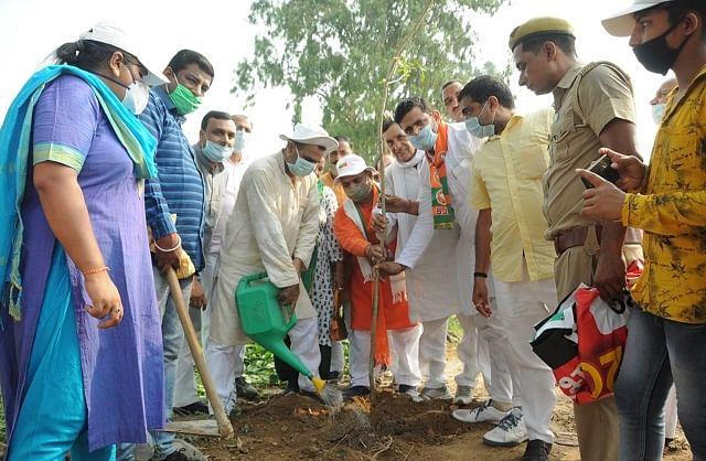 केन्द्रीय मंत्री व भााजपा जिलाध्यक्ष ने वन महोत्सव में किया पौधारोपण