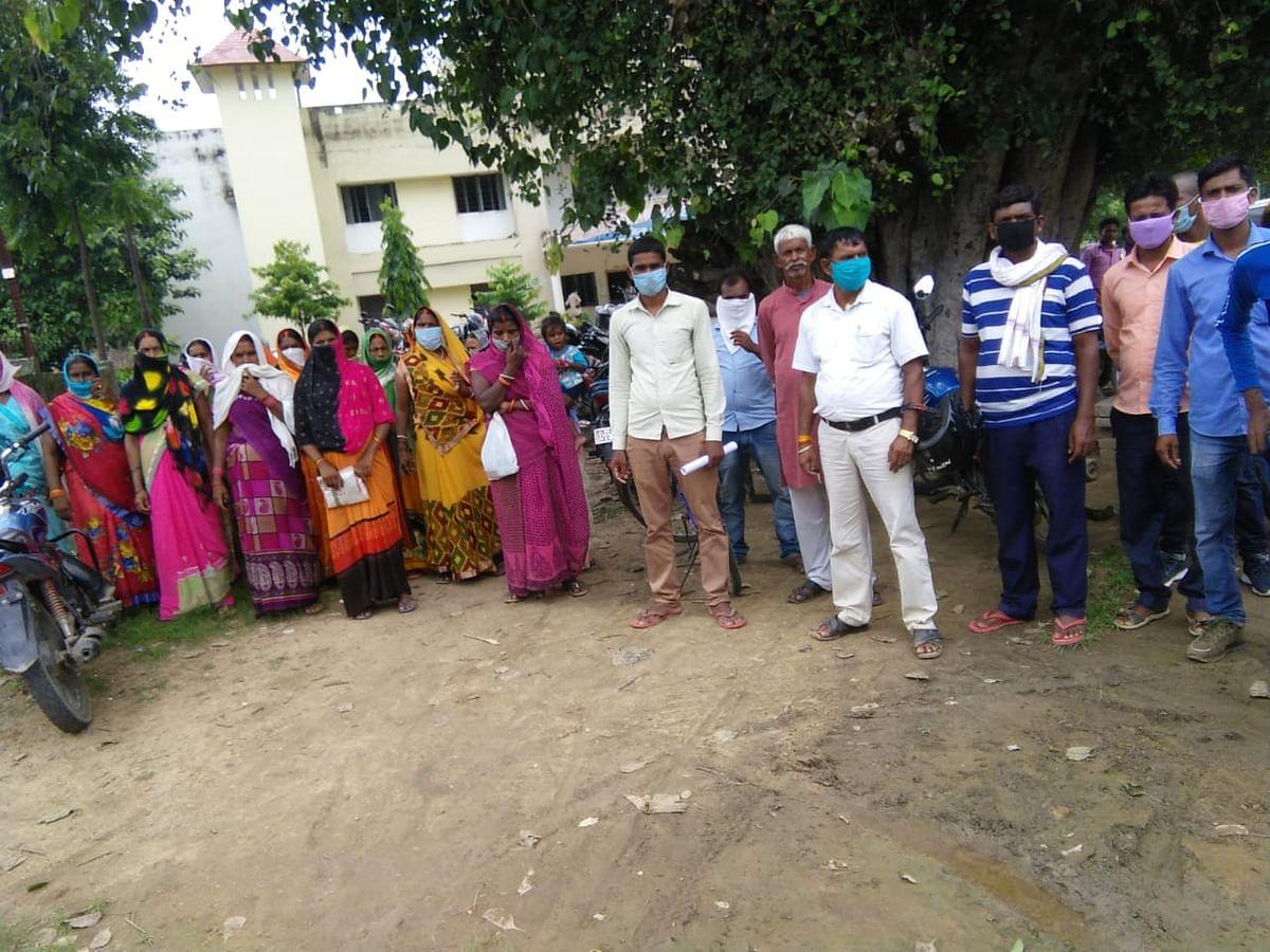बालू के अवैध उत्खनन रोकन को लेकर ग्रामीणों ने किया प्रदर्शन