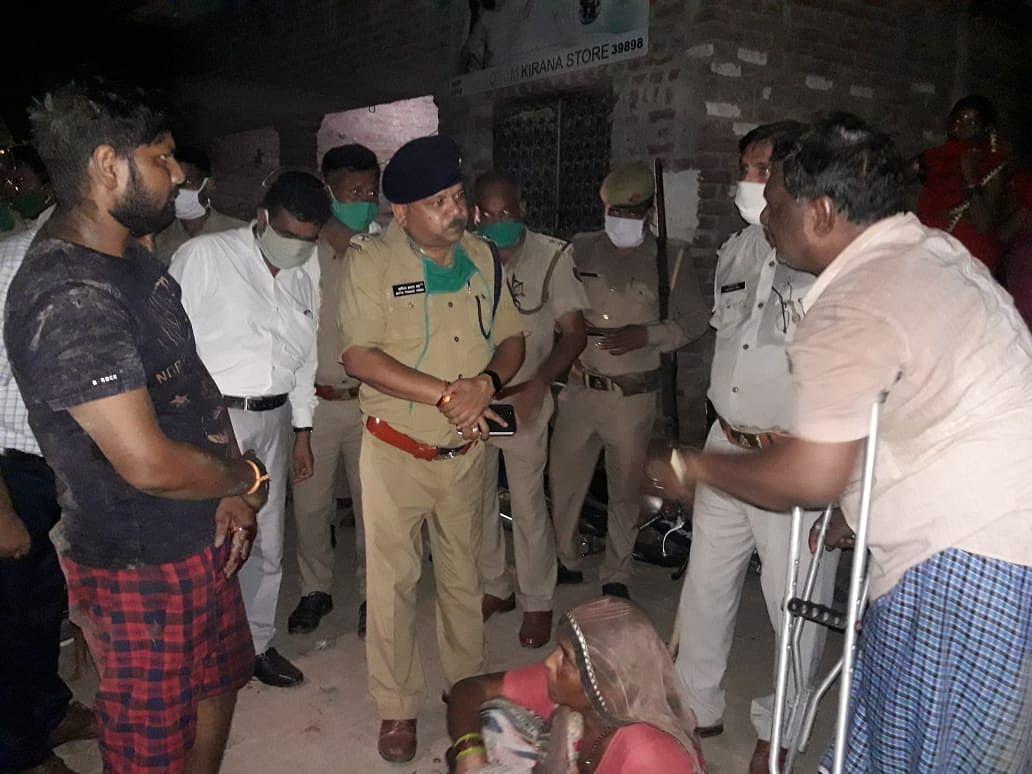 कासगंज तिहरा हत्याकांड :पुलिस हिरासत में दस लोग, अखिलेश ने सरकार को घेरा 