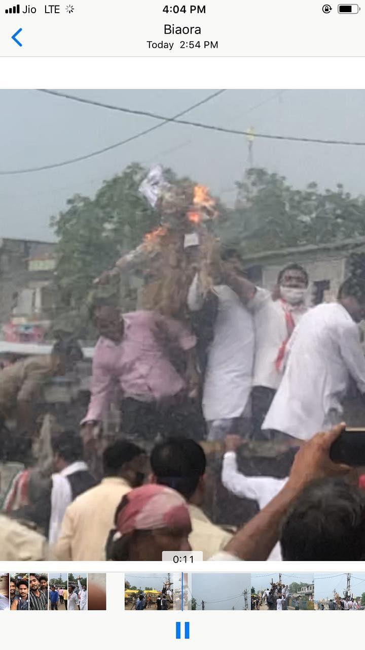 दलित दम्पत्ति मारपीट कांड के विरोध में कांग्रेसियों ने गृहमंत्री मिश्रा का फूंका पुतला, हुई खींचातानी