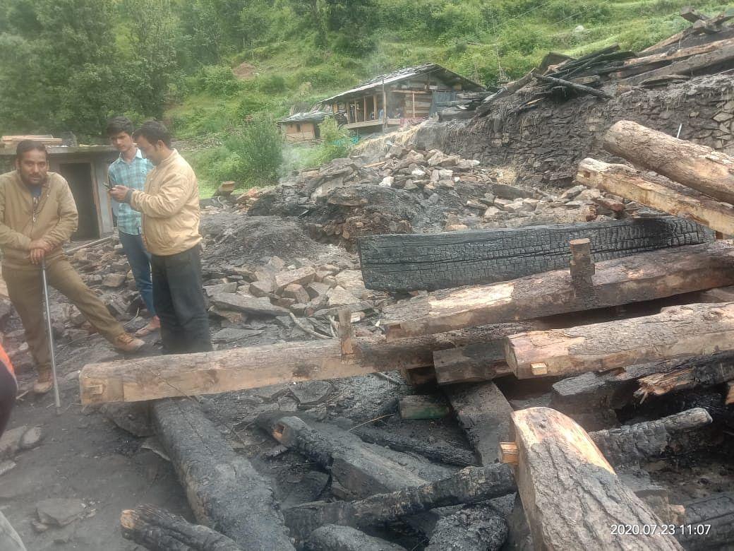 उत्तरकाशी:आग लगने से आवासीय भवन जलकर राख