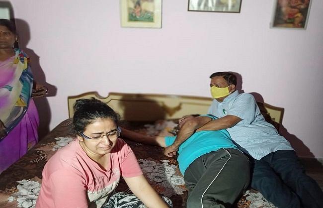अभिनेता सुशांत के सुसाईड की खबर सुनकर टूट गए पिता, पटना आवास पर लगी लोगों की भीड़