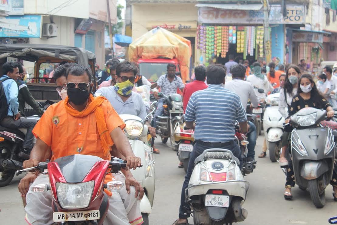 तीन दिन के लाकडाउन के बाद शहर के बाजार में दिखी भीड़