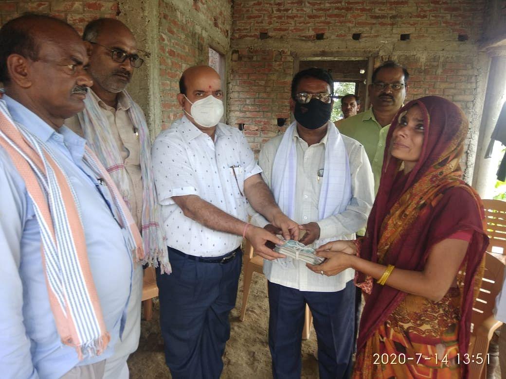 बलिया : शिक्षामित्र की मौत के बाद शिक्षकों ने विधवा को दी सहायता