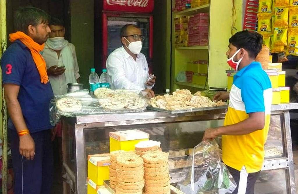 खाद्य विभाग की टीम ने मिठाई की दुकानों पर की छापेमारी, सैंपल लिये