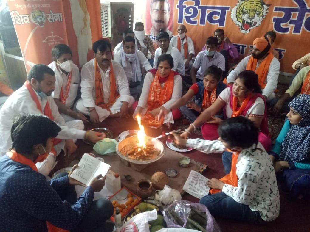 उद्धव ठाकरे के 60वें जन्मदिन पर शिव सैनिकों ने किया यज्ञ