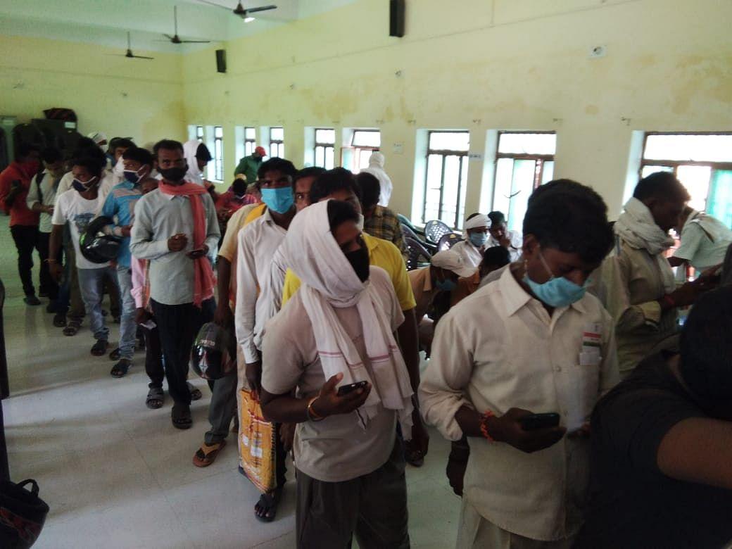 वाराणसी: आराजी लाइन ब्लॉक मुख्यालय पर प्रवासी श्रमिकों का कॅरियर काउंसिलिंग पंजीकरण