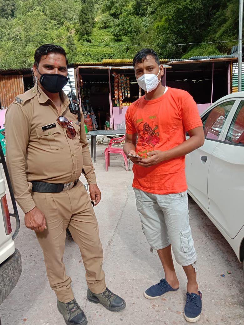 पुलिसकर्मी ने तीर्थयात्री का खोया मोबाइल फोन लौटाया
