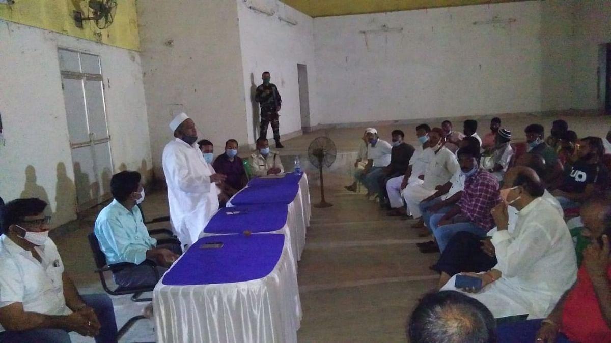 मोहर्रम को लेकर शांति समिति की बैठक में मंत्री हाजी हुसैन अंसारी संबोधित करते
