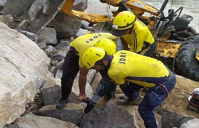 ऋषिकेश-बदरीनाथ मार्ग पर जेसीबी और पोकलैंड खाई में गिरी, पंजाब के 3 मजदूर चट्टानों में दबे
