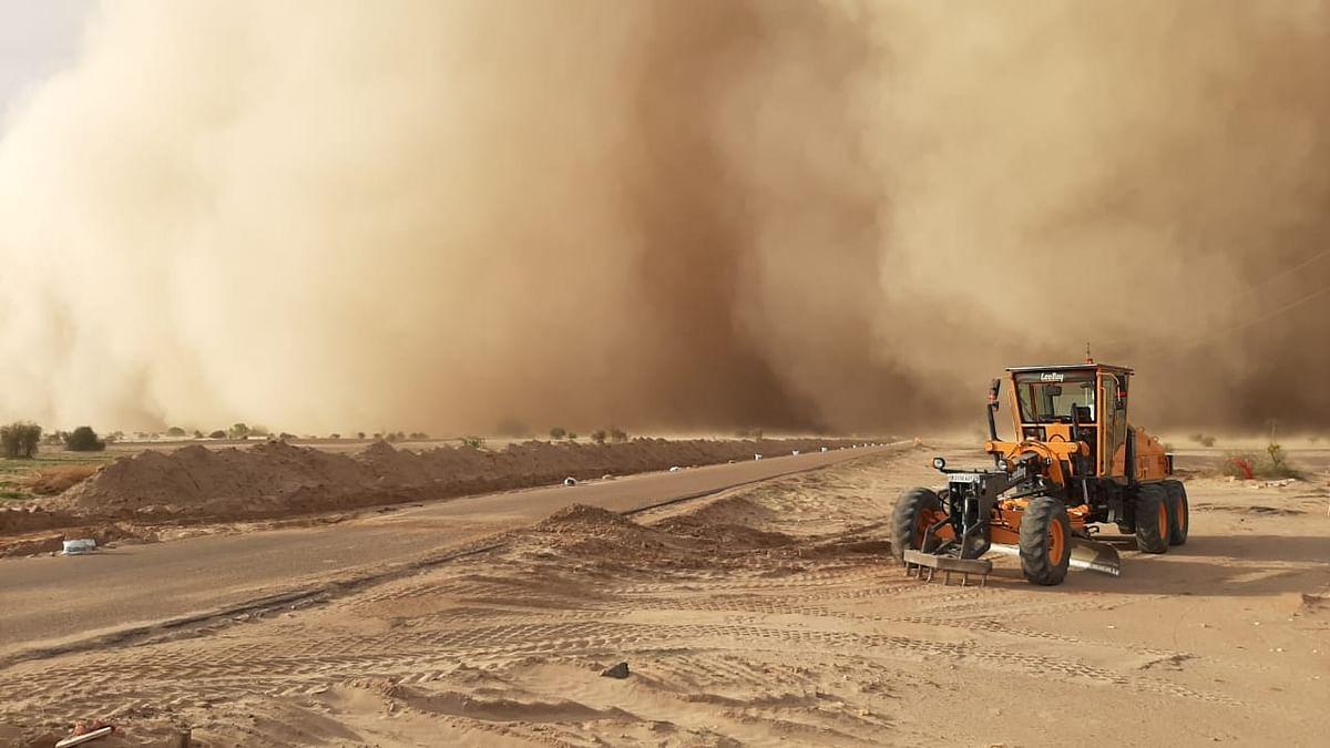 जेसलमेर में आया जबरदस्त  रेतीला बवंडर, दिन में भी रात का नजारा