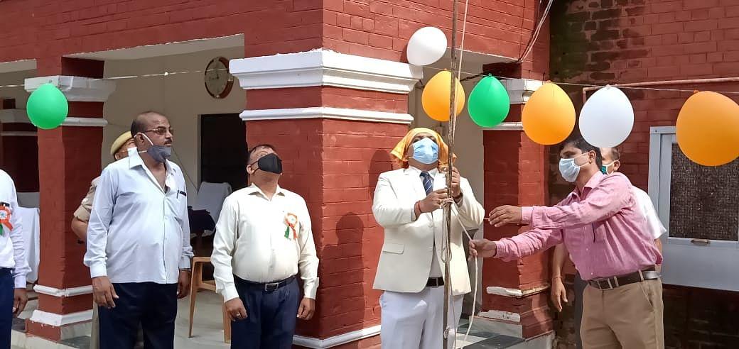 देवरिया : राजकीय बालगृह में ध्वजारोहण, बच्चों में बांटे ध्वज व गुब्बारे