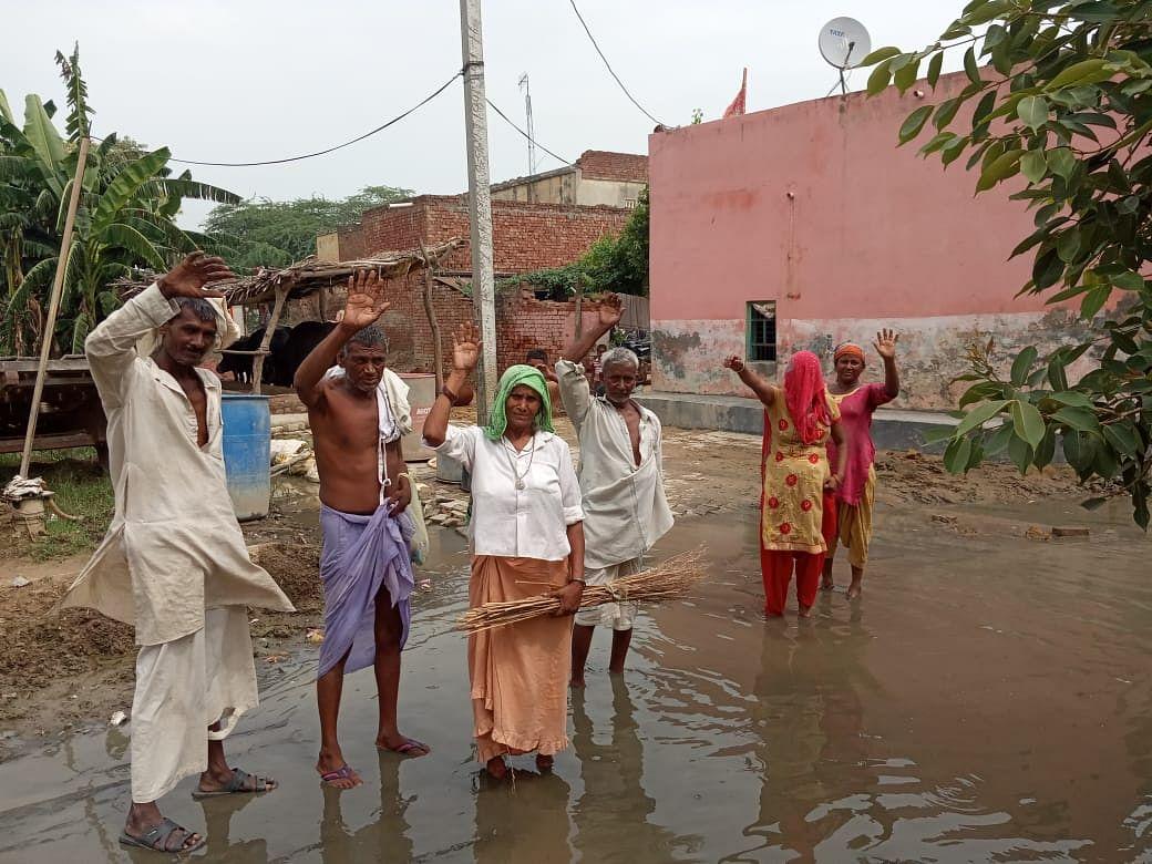 जल निकासी न होने पर ग्रामीणों ने आंदोलन की दी चेतावनी