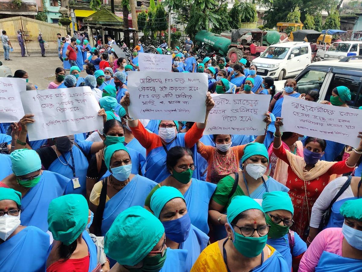 बकाया वेतन की मांग में स्वास्थ्यकर्मियों का प्रदर्शन