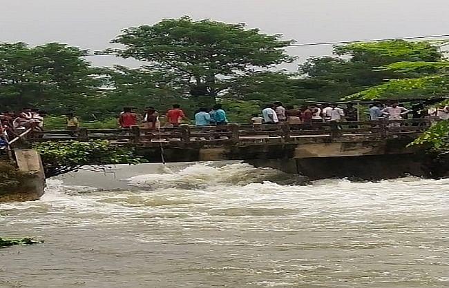 बिहार: मुजफ्फरपुर में तिरहुत नहर का बांध टूटा, दर्जनों गांव में घुसा पानी, लोगों में दहशत