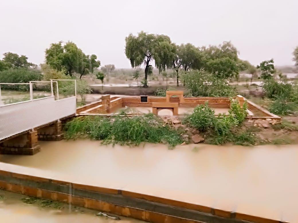 स्वर्ण नगरी जैसलमेर में देर रात से बारिश का दौर जारी