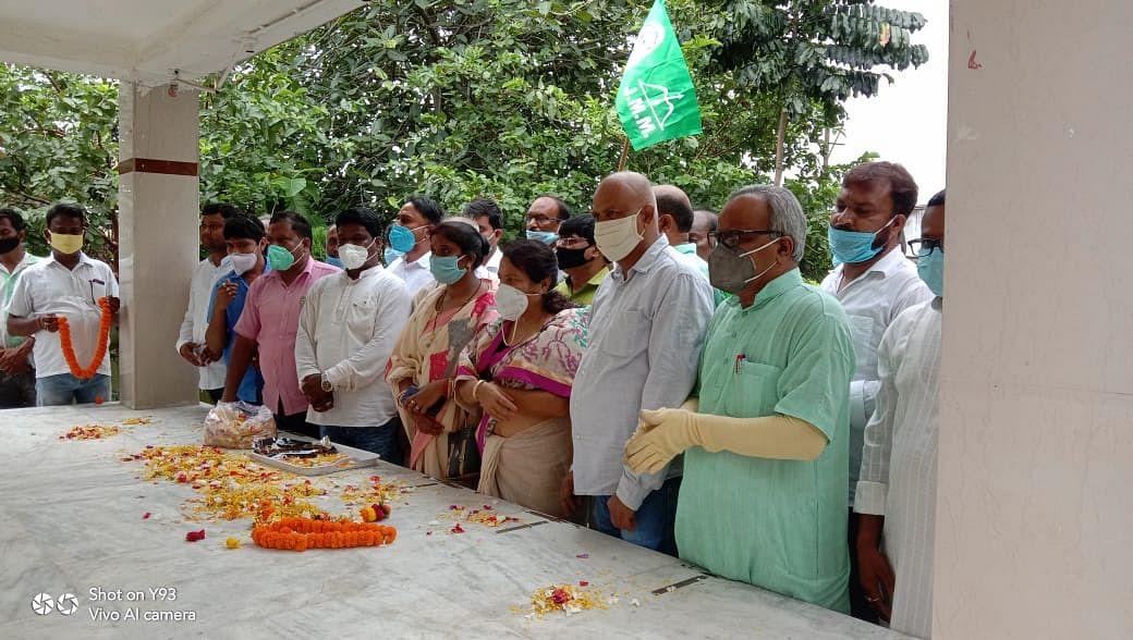 झामुमों ने शहीद मणींद्र नाथ मंडल के 72वें जयंती के अवसर पर शहीद स्मारक में श्रद्धांजलि अर्पित की ।