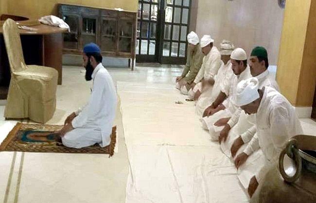 जैसलमेर: बाड़ाबंदी में मुस्लिम विधायकों ने पढ़ी ईद की नमाज, दूर से दी मुबारकबाद