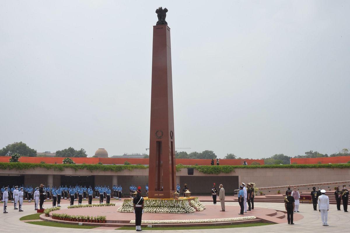 राष्ट्रपति ने राष्ट्रीय युद्ध स्मारक जाकर शहीदों को दी श्रद्धांजलि