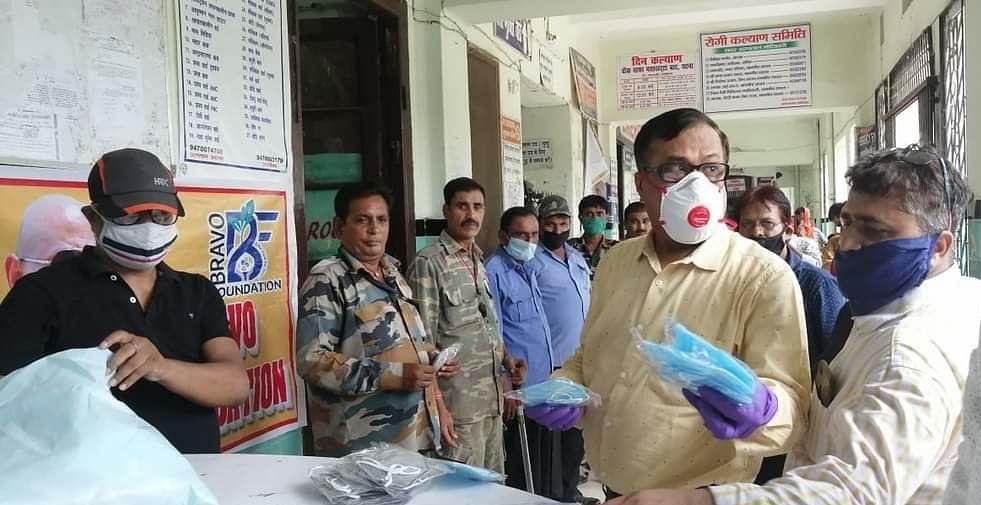 सदर अस्पताल में सुरक्षाकर्मियों, सफाईकर्मियों एवं स्वास्थ्यकर्मियों के बीच मास्क का वितरण