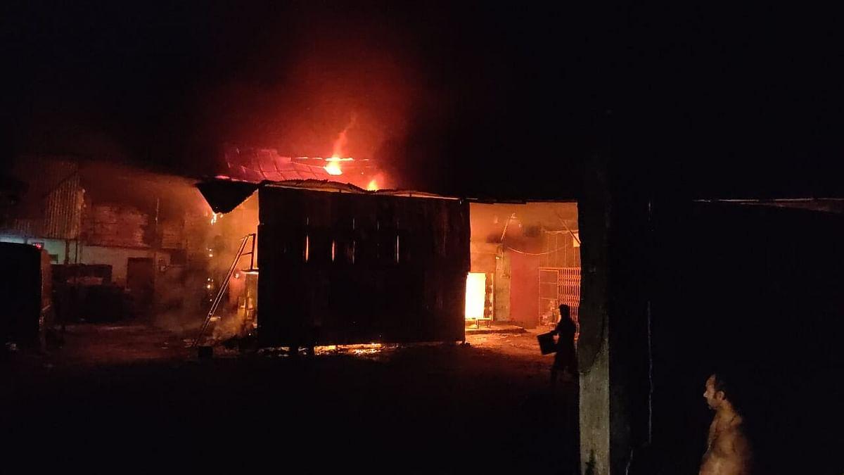 सरसों तेल पैकेजिंग फैक्ट्री में लगी आग, सबकुछ जलकर राख
