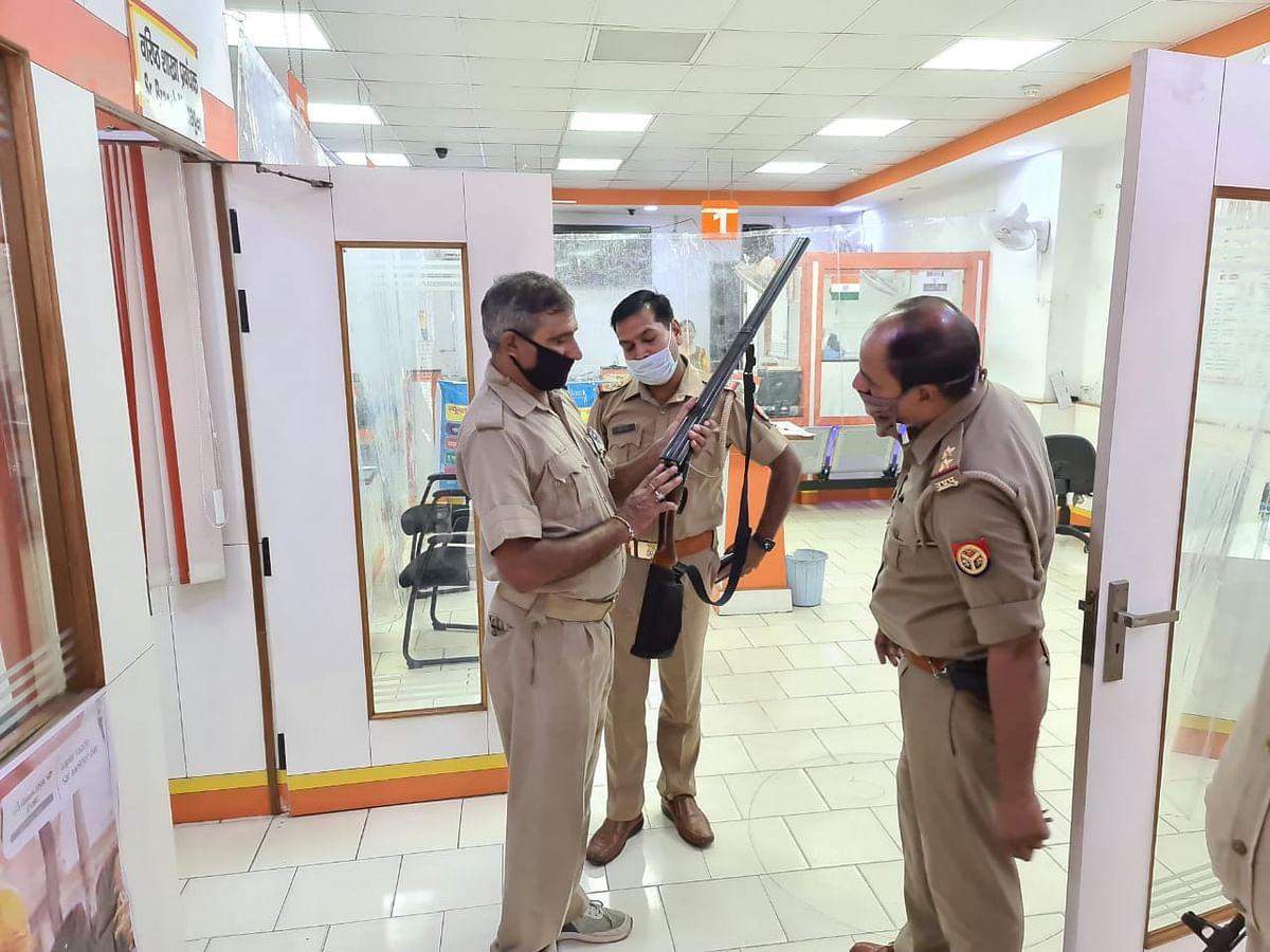 बैंकों में चला पुलिस का सघन चेकिंग अभियान, अलार्म और गार्ड्स के हथियारों की हुई जांच