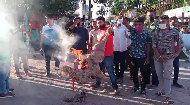 जतिन बोरा का पुतला जलाकर अजायुछाप ने किया विरोध