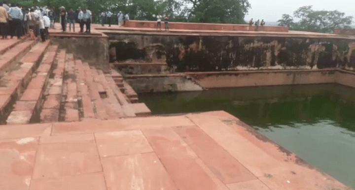 फतेहपुर सीकरी के शाही तालाब में  उतराता मिला युवक का शव