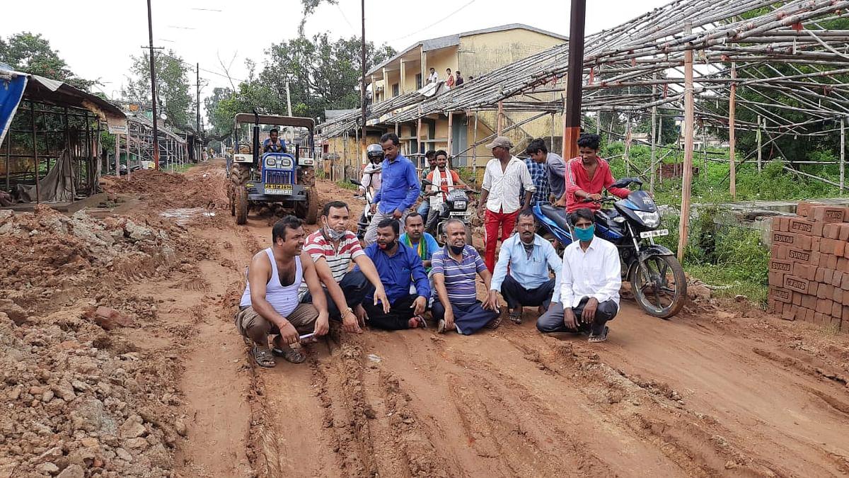 सड़क की दुर्दशा को देखते हुए स्थानीय लोगों ने खिजुरिया, कांवरिया पथ में किया सड़क जाम