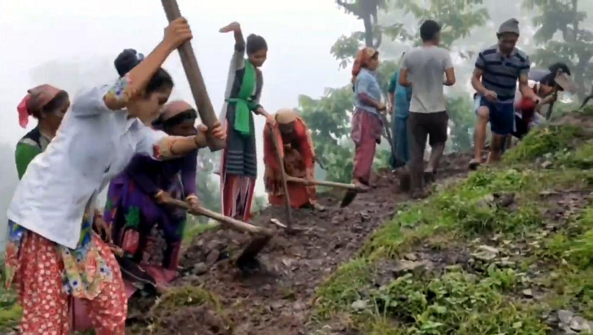 सरकार नहीं दे पाई सड़क तो  महिलाओं- बच्चों ने उठाया फावड़ा