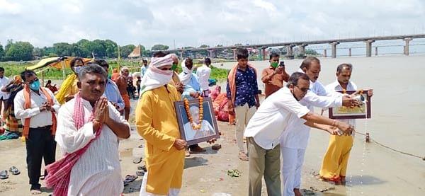 प्रयागराज : तीर्थ पुरोहित महासंघ ने मां गंगा का किया दुग्धाभिषेक