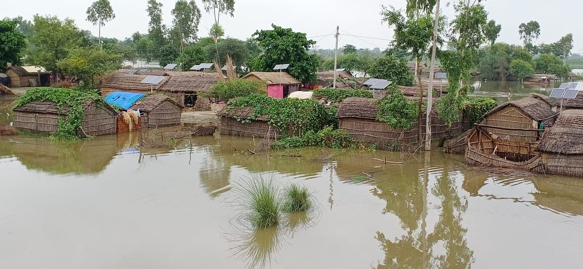 घाघरा व सरयू नदी में उफान से एक दर्जन से अधिक गावों में घुसा बाढ़ का पानी, ग्रामीण भयभीत