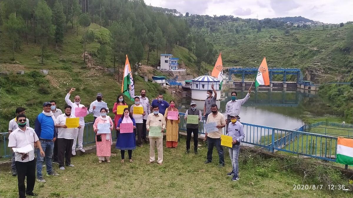 अल्मोड़ा में कांग्रेस ने इंटेकवेल की एसआईटी जांच की मांग को लेकर किया प्रदर्शन