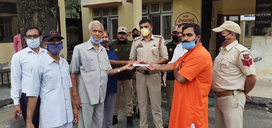 विश्व हिंदू परिषद और बजरंग दल कठुआ इकाई कार्यकर्ताओं ने कोरोना योद्वाओं को राखी भेंट की