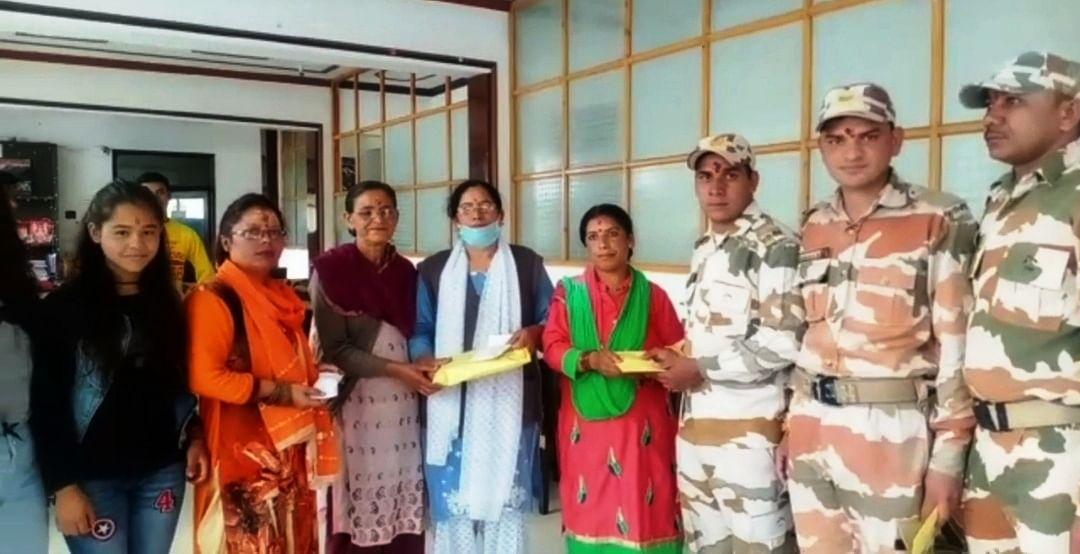 महिलाओं ने सीमा पर तैनात जवानों के लिए भेजीं राखियां