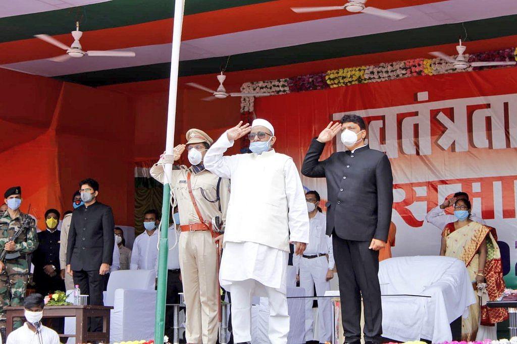 74वें स्वतंत्रता दिवस पर मंत्री हाजी हुसैन अंसारी ने देवघर में किया ध्वज आरोहण, लोगों को दी बधाई