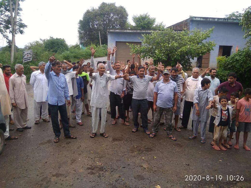 चक चंगा गांववासियों ने सीमा पार से गोलीबारी के कारण हो रहे घरों को नुकसान को लेकर पीएमओ डॉ. जतिंद्र सिंह के खिलाफ किया प्रदर्शन