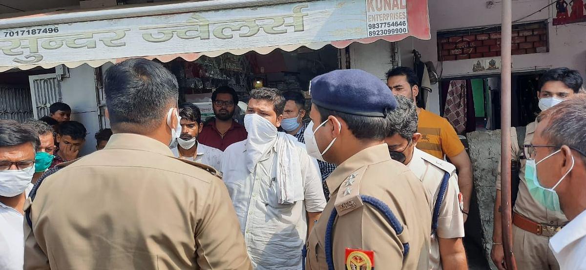अलीगढ़ में दिनदहाड़े सर्राफ दुकान में लाखों की लूट