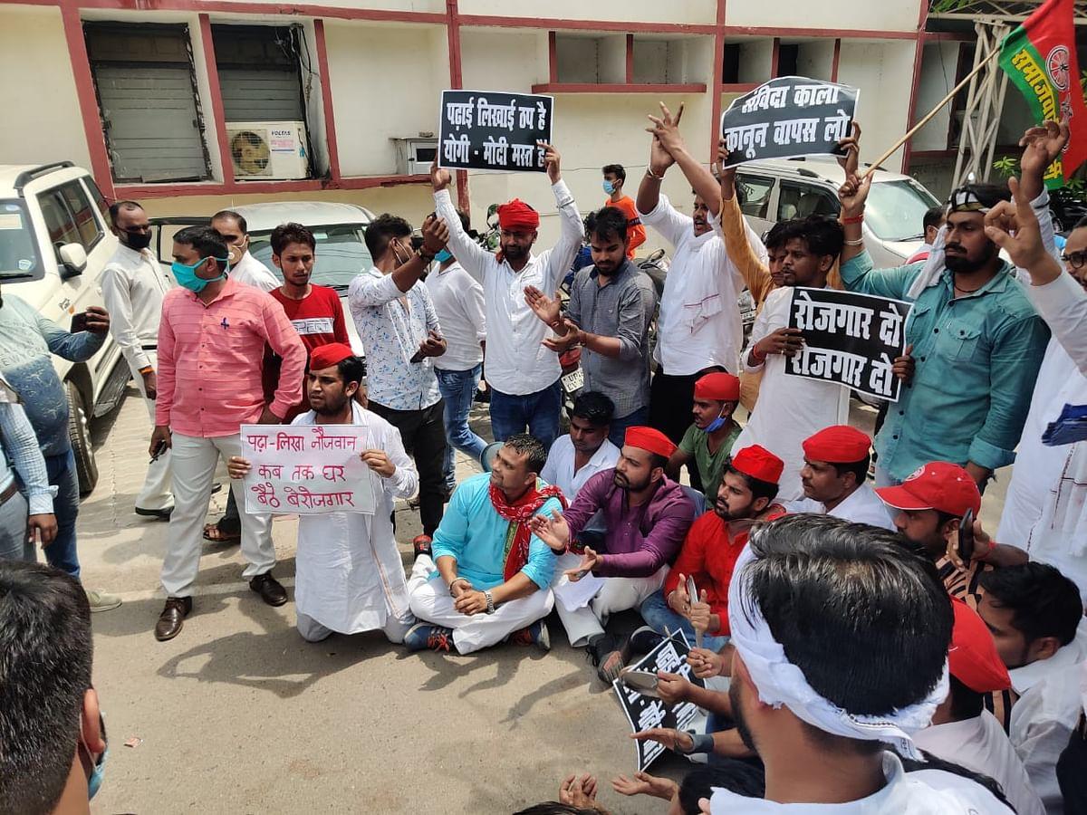 अलग-अलग जगहों पर सपाइयों ने बेरोजगारी दिवस मना पुलिस को छकाया