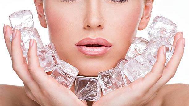 जानें चेहरे पर सिर्फ बर्फ लगाने से कैसे मिल सकती हैं निखरी त्वचा