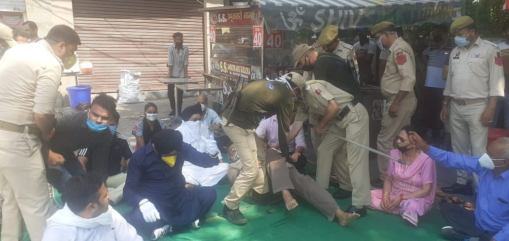प्रदर्शन कर रहे ऑल पार्टी टोल प्लाजा एक्शन कमेटी कठुआ के सदस्यों को कठुआ पुलिस ने हिरासत में लिया