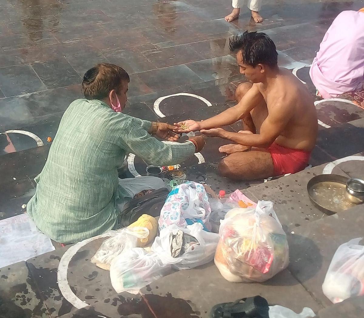 सर्व पितृ अमावस्या पर देश के विभिन्न प्रांतों से आए हजारों श्रद्धालुओं ने त्रिवेणी घाट पर तर्पण से किया पितरों को तृप्त