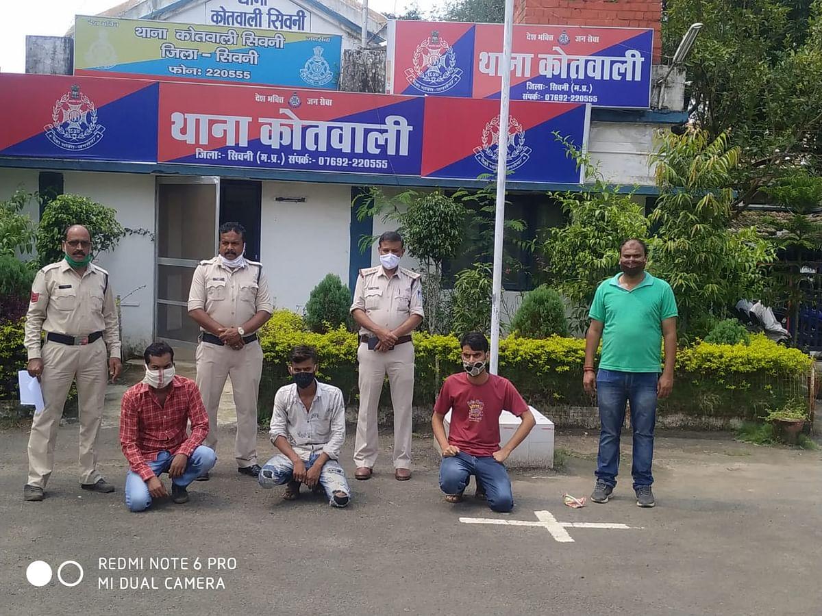 आईपीएल मैच में सट्टा खिलाते तीन सटोरिये गिरफ्तार, मुख्य आरोपित फरार