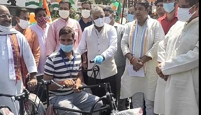 प्रधानमंत्री नरेन्द्र मोदी के जन्मदिन पर केंद्रीय मंत्री वीके सिंह ने दिव्यांगों को बांटे उपकरण