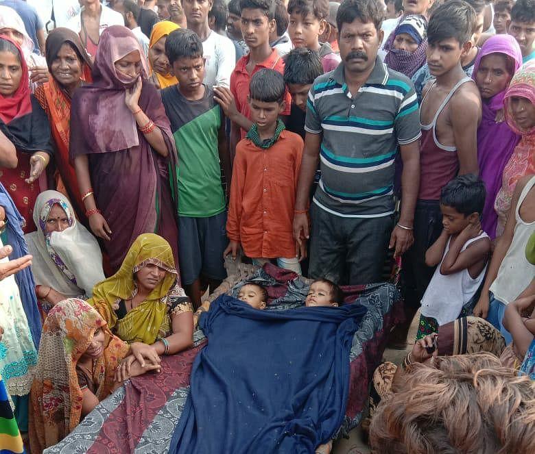 प्रतापगढ़ में तेज रफ्तार बस के चपेट में आने से दो सगे भाईयों की मौत