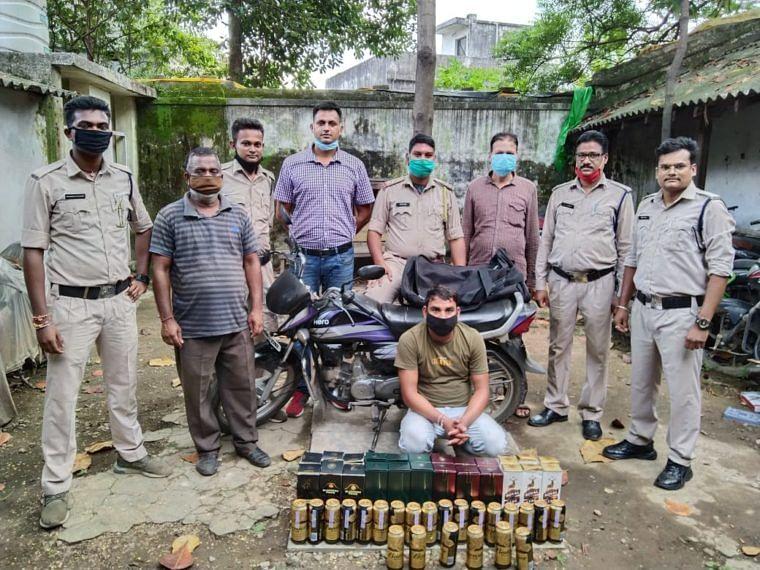 आबकारी विभाग ने ओडिशा से आ रही ब्रांडेड शराब पकड़ा